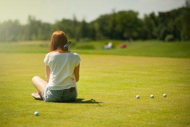 siedząca dziewczyna na polu