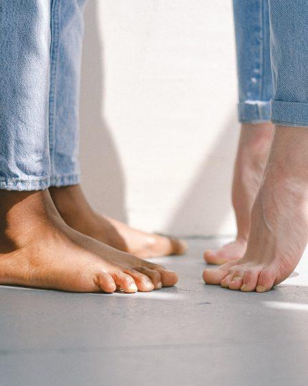 gołe stopy dwójki ludzi